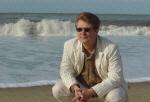 Rechtenvrij - high res FOTO - Trendwatcher Richard Lamb op het strand